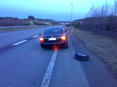 Pyörä irtosi moottoritiellä 14.04.2007